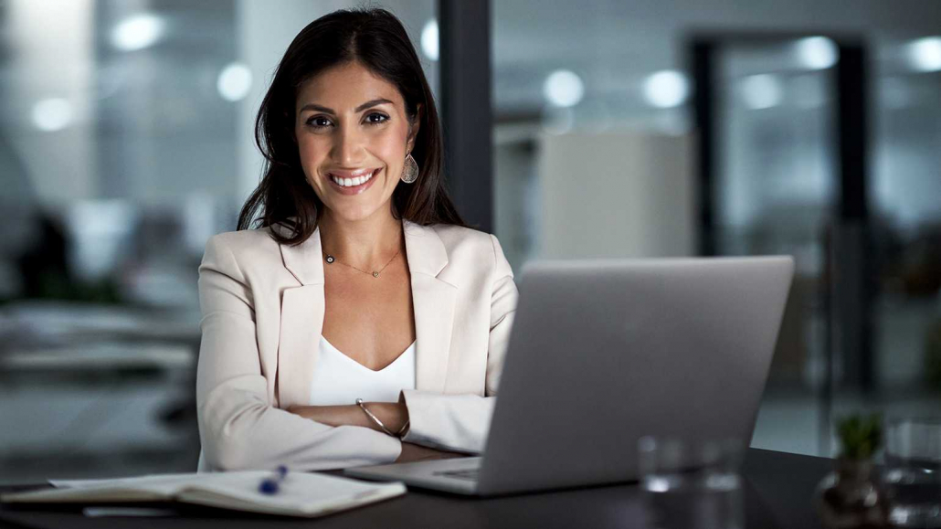 VLV-Discover how to achieve personal transformation in 10 steps-Happy woman in her workplace