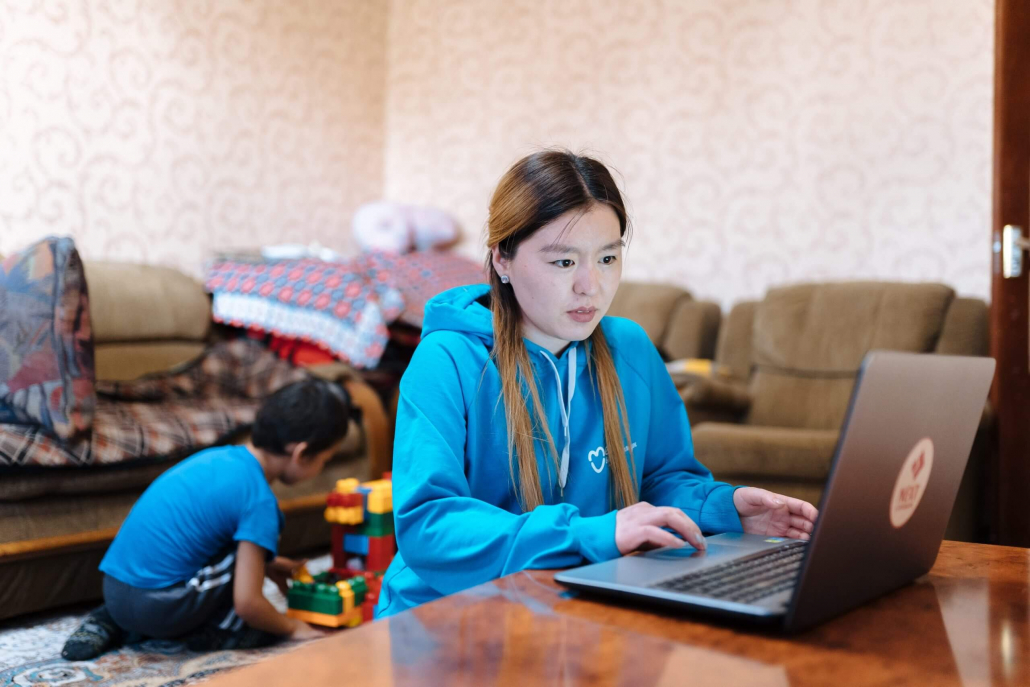 VLV-Discover the best tips for studying at a distance-Woman studying at home